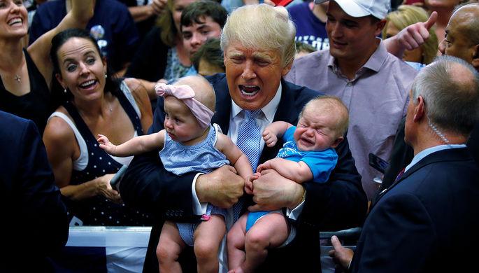 Кандидат в президенты Дональд Трамп держит детей на предвыборном митинге в городе Колорадо-Спрингс...