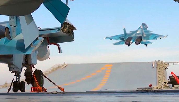 Корабельный истребитель Су-33 ВКС РФ во время взлета с палубы тяжелого авианесущего крейсера...