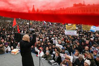 Участники градозащитного митинга на Марсовом поле против передачи Исаакиевского собора Русской православной церкви, застройки территории Пулковской обсерватории, а также против объединения российских Государственной и Национальной библиотек. Санкт-Петербург, 18 марта 2017 года