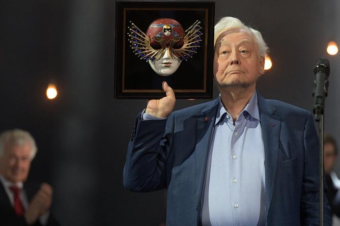 Олег Табаков, получивший премию «За выдающийся вклад в развитие театрального искусства», на церемонии вручения театральной премии «Золотая маска» в Москве, 19 апреля 2017 года