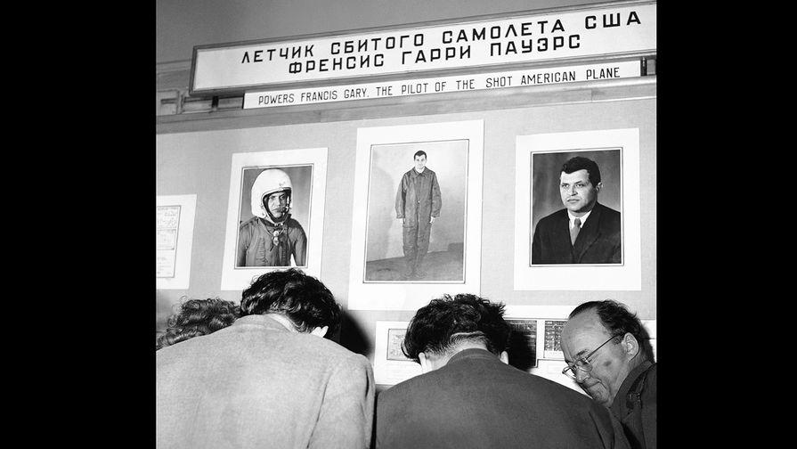 Фотографии летчика сбитого U-2 Фрэнсиса Гэри Пауэрса на выставке в ЦПКиО имени Горького в Москве...