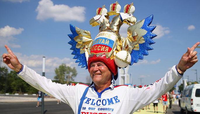 Болельщик сборной России перед матчем чемпионата мира по футболу между сборными Уругвая и России