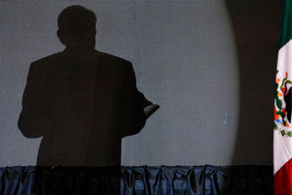 Тень Лопеса Обрадора во время предвыборной встречи с избирателями, 2018 год