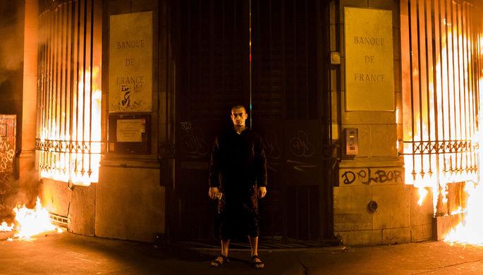 Петр Павленский во время перформанса у дверей Банка Франции в Париже, 2017 год