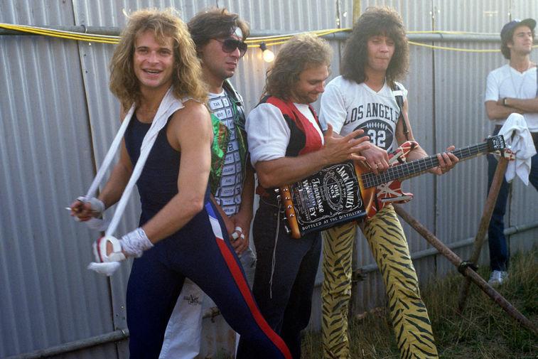 Участники группы Van Halen Дэвид Ли Рот, Алекс Ван Хален, Майкл Энтони и Эдди Ван Хален во время рок-фестиваля в Великобритании, 1984 год