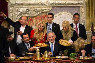 Премьер-министр Израиля Биньямин Нетаньяху с женой Сарой во время традиционного праздника окончания еврейской Пасхи