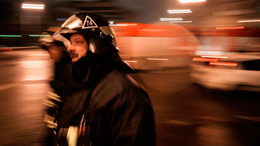 Сотрудники пожарно-спасательных подразделений МЧС на месте пожара в швейном цеху по производству подушек по адресу улица Стромынка, дом 25 в Москве