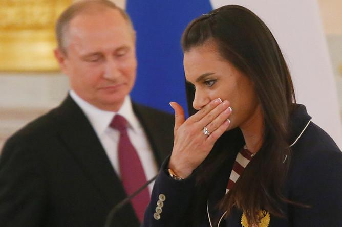 Владимир Путин и Елена Исинбаева во время встречи президента РФ с российской олимпийской сборной в Александровском зале Большого Кремлевского дворца