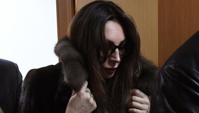 Актриса Наталья Бочкарева, обвиняемая в незаконном хранении наркотиков, выходит из зала судебных заседаний в Преображенском суде Москвы.