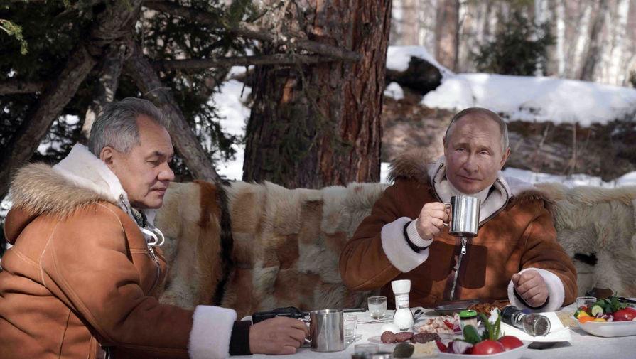 Владимир Путин и министр обороны РФ Сергей Шойгу во время отдыха в тайге в Сибирском федеральном округе, 21 марта 2021 года