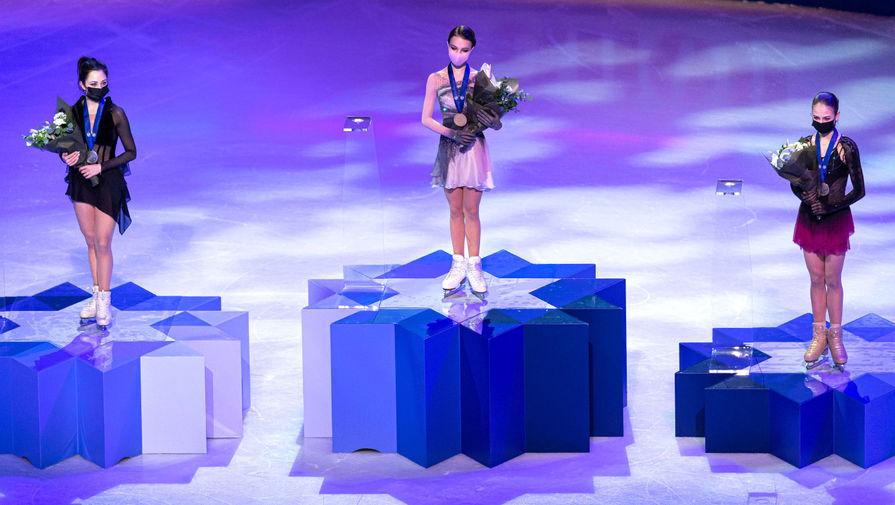 Российские спортсменки Анна Щербакова (золото), Елизавета Туктамышева (серебро) и Александра Трусова (бронза) во время церемонии награждения по итогам произвольной программы женского одиночного катания на чемпионате мира по фигурному катанию в Стокгольме