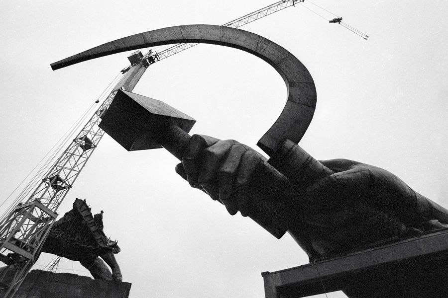 Демонтаж скульптуры «Рабочий и колхозница»