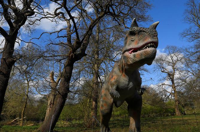 Динозавр в Остерли-Парк в Лондоне, 31 марта 2017 года