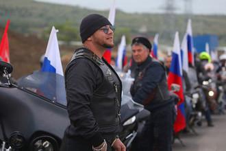 Участники байкерского клуба «Ночные волки» перед началом открытия автомобильного движения по Крымскому мосту через Керченский пролив, 16 мая 2018 года
