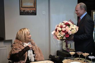 Президент России Владимир Путин во время поздравления худрука «Современника» Галины Волчек с юбилеем, 19 декабря 2018 года