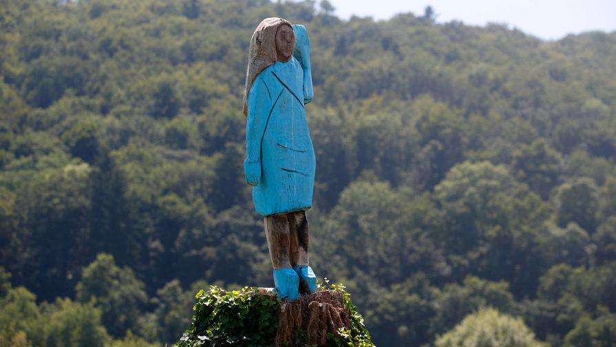 Скульптура Меланьи Трамп на окраине её родного города Севницы, 7 июля 2019 года