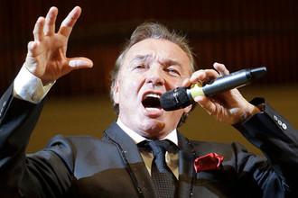 Чешский певец Карел Готт во время выступления в Концертном зале имени П.И.Чайковского в Москве, 2011 год
