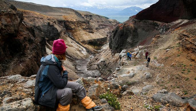 Туристы у реки Вулканная в каньоне Опасный у подножья Мутновского вулкана на территории природного парка «Вулканы Камчатки», июль 2020 года