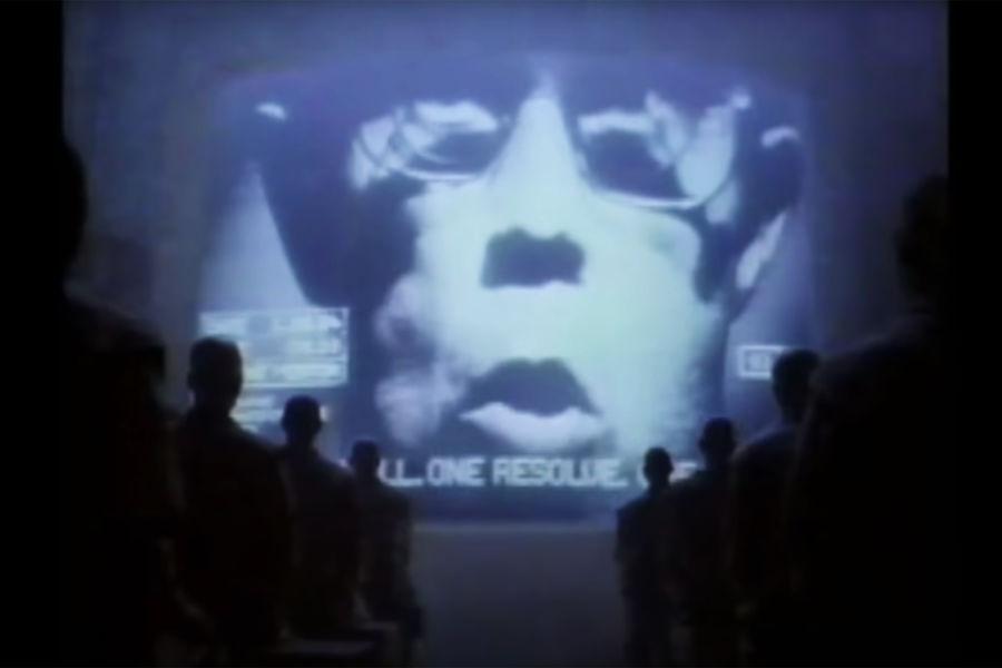 24января 1984года наежегодном собрании акционеров Apple Стив Джобс представил первый Macintosh. Выходу компьютера нарынок предшествовал рекламный ролик, снятый режиссером Ридли Скоттом сиспользованием мотивов романа Джорджа Оруэлла «1984». «Макинтош» задумывался как удобный и недорогой компьютер длярядового потребителя. Сейчас эта линейка известна как Mac.