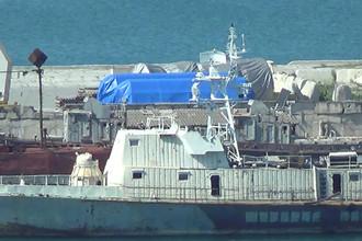 Накрытое брезентом оборудование в порту Феодосии в Крыму, 11 июля 2017 года. Скриншот из видеозаписи