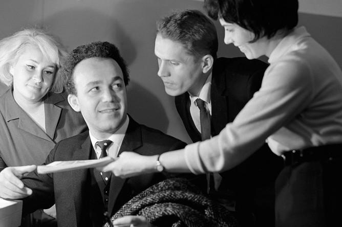 1967 год. Иосиф Кобзон (второй слева) и почитатели его таланта