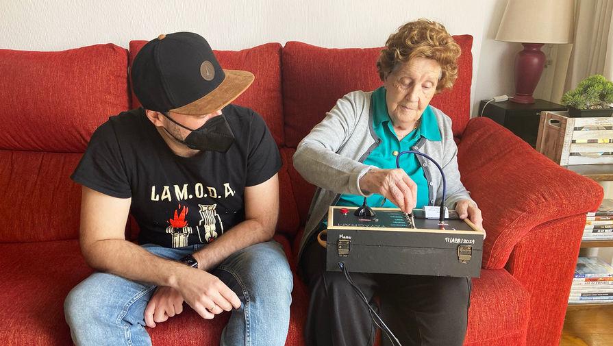 Испанец собрал для бабушки ретро-устройство для общения в Telegram