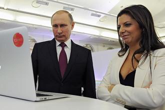 Президент Владимир Путин и главред RT Маргарита Симоньян на выставке в Москве, 2015 год