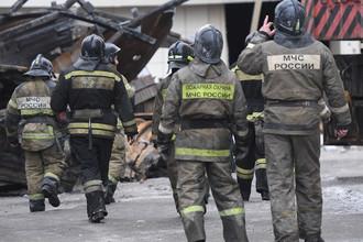 Сотрудники МЧС около сгоревшего ТЦ «Зимняя вишня» в Кемерово, 27 марта 2018 года