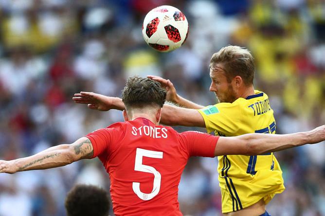 Слева направо: Джон Стоунз (Англия) и Ола Тойвонен (Швеция) в матче 1/4 финала чемпионата мира по футболу между сборными Швеции и Англии