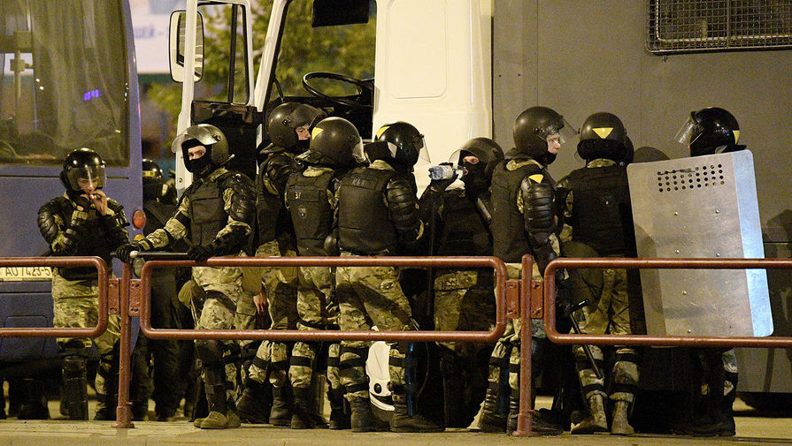 Сотрудники силовых структур Белоруссии во время акций протеста в Минске после выборов президента, 12 августа 2020 года