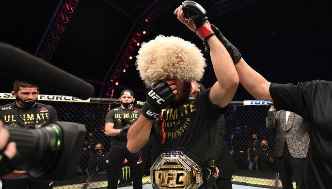 Судья присуждает победу Хабибу Нурмагомедову (Россия) в бою за титул чемпиона Абсолютного бойцовского чемпионата (UFC) в легком весе, 24 октября 2020 года