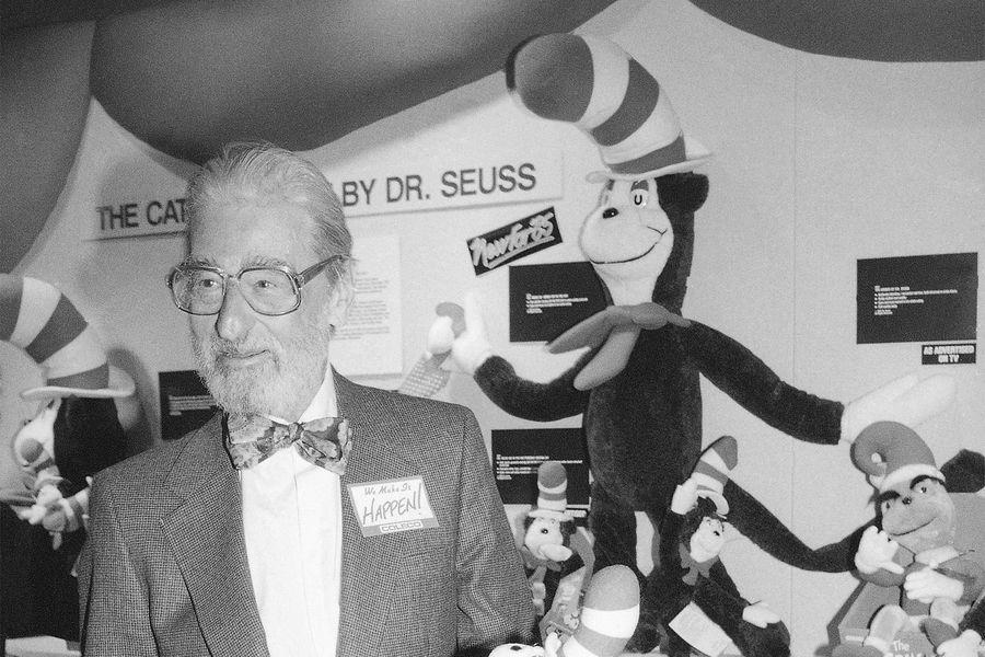 Американский писатель Доктор Сьюз наярмарке игрушек вНью-Йорке, 1985год