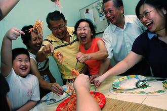 Примерно так выглядит новогоднее застолье у китайцев