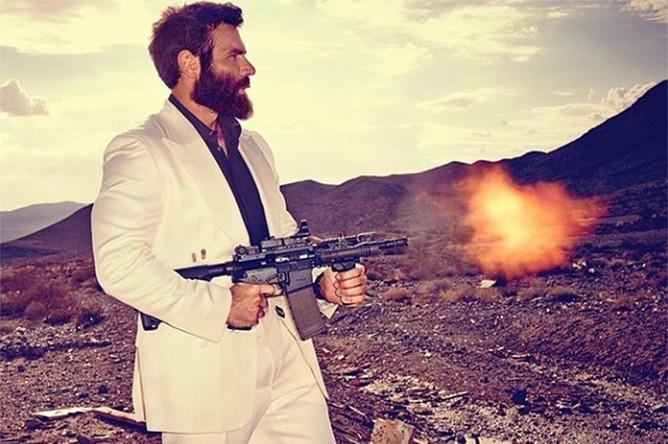 На досуге Дэн Билзерян любит пострелять из разного вида оружия в пустыне