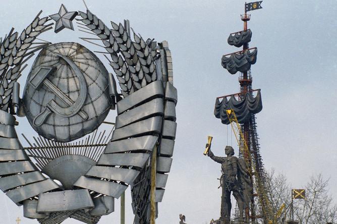 Вид на памятник Петру I работы Зураба Церетели и сохранившийся герб СССР в Москве, 1997 год