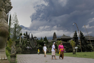 Храм Пура Бесаких на фоне вулкана Агунг на Бали, 26 ноября 2017 года