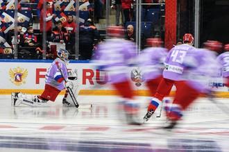 Вратарь сборной России Василий Кошечкин (слева) перед матчем с командой Канады