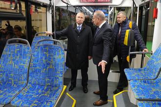 Президент РФ Владимир Путин во время осмотра низкопольного трамвая в цехе Тверского вагоностроительного завода, 10 января 2018 года