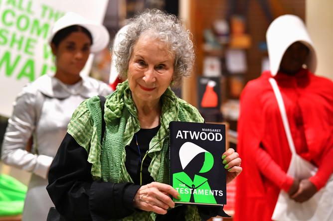 Маргарет Этвуд cо своим новым романом в книжном магазине в Лондоне, сентябрь 2019 года