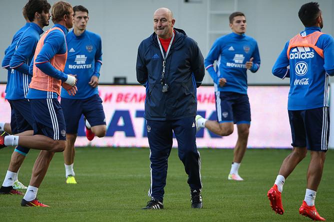 Главный тренер сборной России по футболу Станислав Черчесов (в центре) во время тренировки на стадионе «Арена Химки»