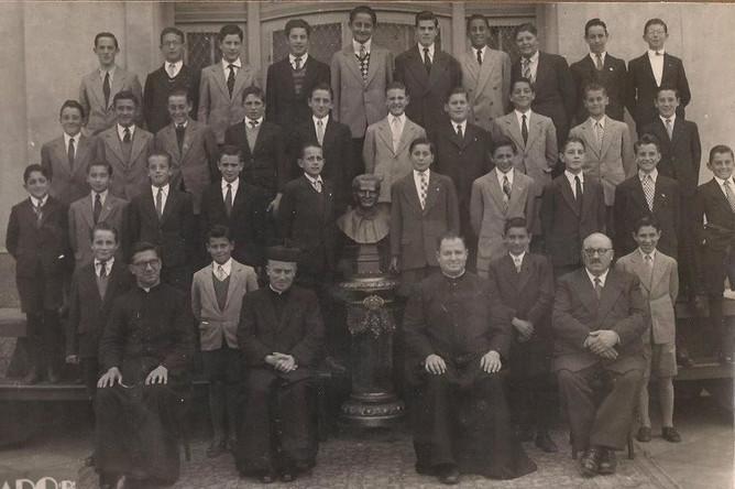 Хорхе Марио Бергольо стоит во 2 ряду, 4-й слева, 1948 год