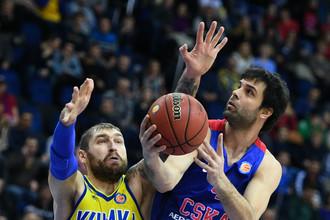 Без Алексея Шведа «Химки» ничего не смогли противопоставить ЦСКА Милоша Теодосича (справа)