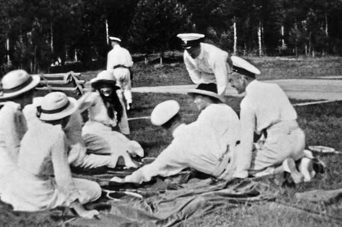 Великие Княжны Татьяна, Ольга, Мария, Великая Княгиня Ольга Александровна и офицеры с яхты, 1913 год