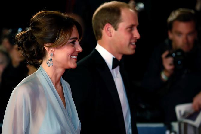 Герцогиня Кейт Миддлтон с мужем и принцем Гарри на премьере фильма «007: Спектр» в Лондоне