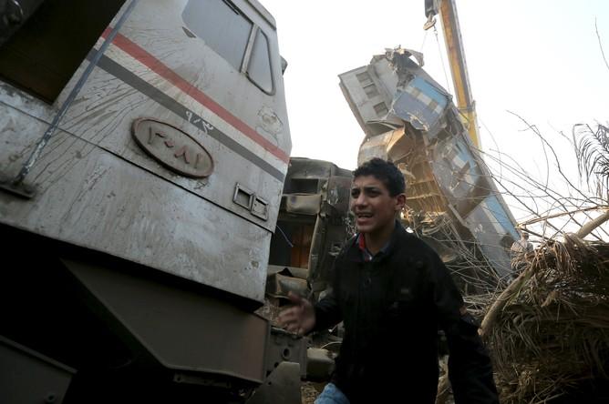 На месте крушения пассажирского поезда в Египте