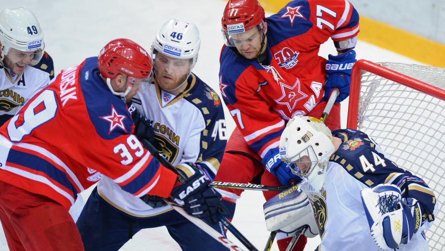 Хоккеист ЦСКА Ян Муршак (слева) и игрок ХК «Сочи» Бен Максвелл (справа)