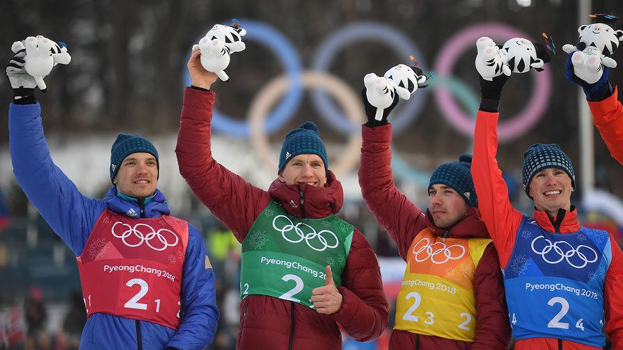 Андрей Ларьков, Александр Большунов, Алексей Червоткин и Денис Спицов (слева направо), завоевавшие серебряные медали в эстафете 4x10 км среди мужчин в соревнованиях по лыжным гонкам на XXIII зимних Олимпийских играх
