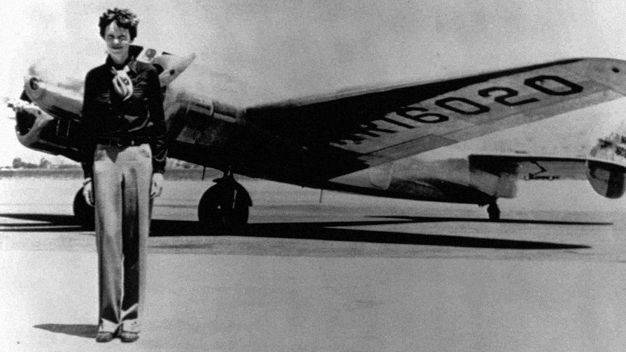 Амелия Эрхарт рядом с самолетом «Локхид-Электра» L-10E перед последним полетом, 1937 год