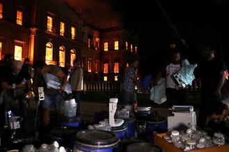 Люди спасают экспонаты из Национального музея Бразилии в Рио-де-Жанейро