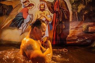 Крещенские купания в купели у Донского монастыря, Москва, 18 января 2019 года